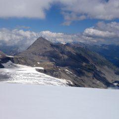 Blick Richtung Hütte mit Fuscherkarkopf im Hintergrund.